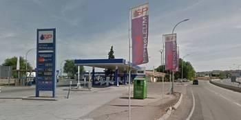Un hombre incendia su coche y se enfrenta a los policías con dos cuchillos en una gasolinera de Guadalajara