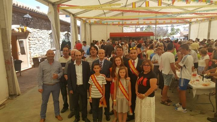 El subdelegado del Gobierno visita a los vecinos de El Pobo de Dueñas durante sus fiestas