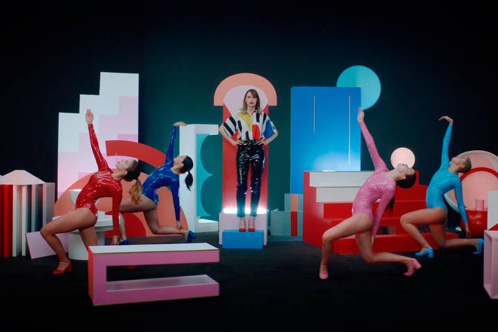 El gallardo Juan Carlos Pajares viste al dúo español Reyko en su último videoclip