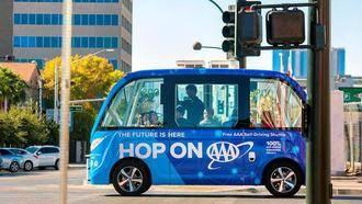 Accidente en su primer viaje con pasajeros un autobús sin conductor en Las Vegas