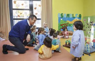 Antonio Román visita la escuela infantil Alfanhuí por el Día Internacional de los Derechos del Niño