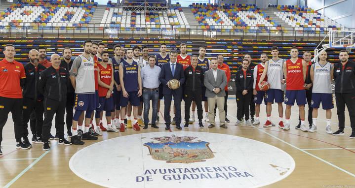 El alcalde visita a la Selección Española de Baloncesto, que entrena en el Multiusos