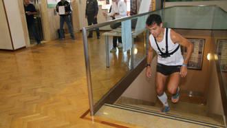 Sube 41 veces en una hora las escaleras del Alcázar de Toledo y se lleva el Guinness