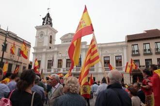 Cientos de personas se concentran en el Ayuntamiento de Guadalajara para defender la unidad de España