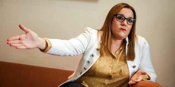 """Una diputada podemita pierde los papeles y confunde las Cortes Regionales con un patio de corrala : """"Es usted un machirulo de manual, Charli"""""""