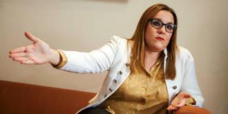 Una diputada podemita pierde los papeles y confunde las Cortes Regionales con un patio de corrala :