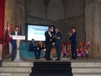 El presidente de Diputación entrega el Premio Internacional de Periodismo 'Cátedra Manu Leguineche' a Mikel Ayestaran