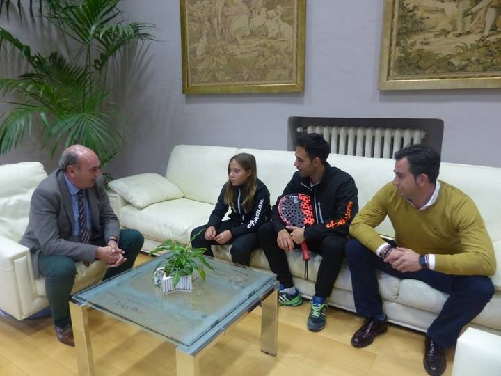 El presidente de la Diputación felicita a la cabanillera Águeda Pérez, campeona del mundo de pádel