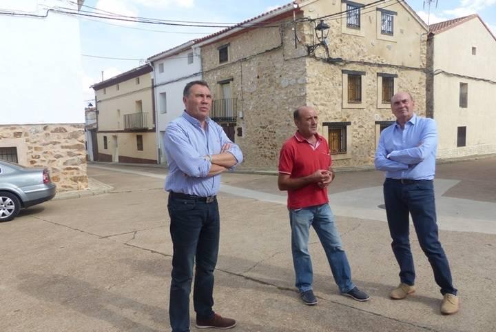 El presidente de Diputación visita El Pedregal para comprobar el proyecto de eficiencia energética