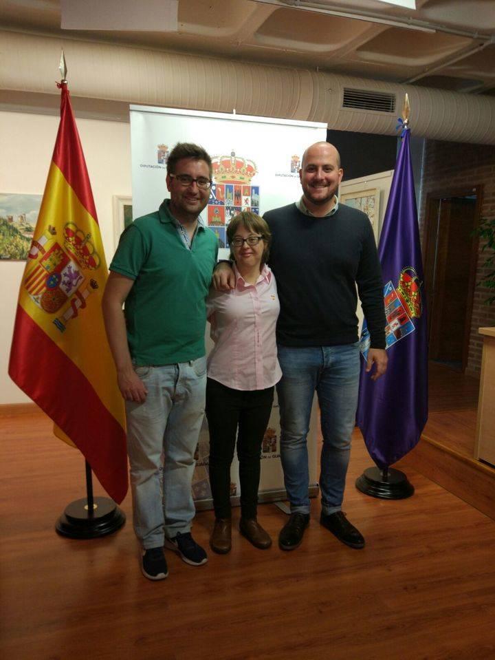 El diputado de Deportes muestra su apoyo a la nadadora Marta Martínez que compite en el Campeonato de Europa de Natación