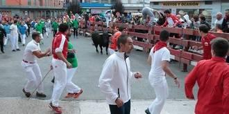 Un toro rezagado genera situaciones de peligro en el segundo encierro de Ferias