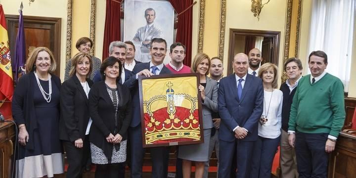 Guadalajara recibe de manos de la ministra Cospedal la bandera que presidió el Día de las Fuerzas Armadas