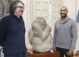 """""""Mujer sentada"""", obra en granito del escultor José de Creeft, se encuentra ya en el Palacio de la Cotilla"""