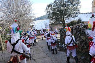 Botargas y mascaritas esparcen fertilidad a la tierra y buenos augurios a los presentes en el Carnaval de Almiruete