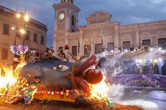 """El """"entierro de la sardina"""" puso un brillante broche a las celebraciones del Carnaval 2018 de la capital"""