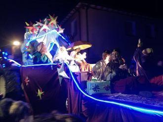 La lluvia no pudo con la Cabalgata de Reyes en Valderrebollo, que congregó a más de 500 personas de 6 pueblos de la zona