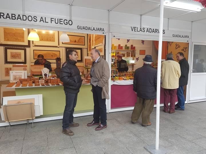 El presidente de la Diputación visita la Feria Navideña del Regalo Artesano en Guadalajara