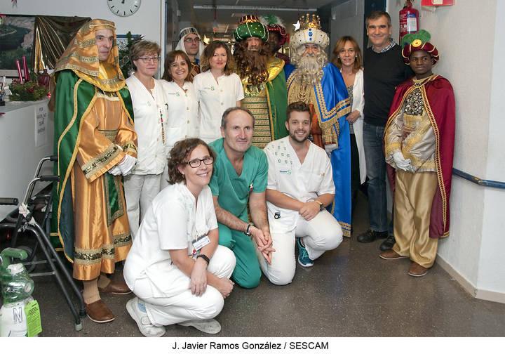 Román visita junto a los Reyes Magos a los pacientes del Hospital Universitario de Guadalajara