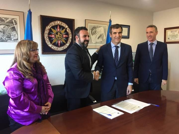 Román firma con el alcalde de Azuqueca el convenio para la creación de un aula de la UNED en la localidad