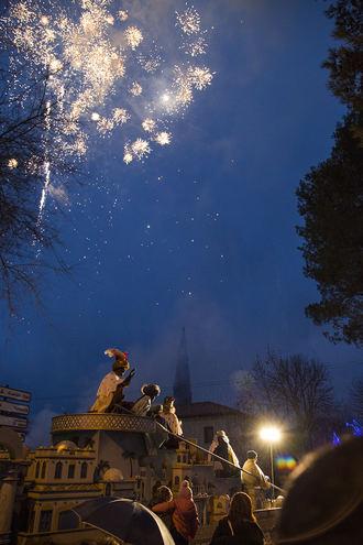 Los Reyes Magos despidieron, bajo la lluvia, una Navidad repleta de música y tradición en Trillo