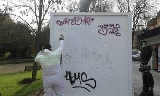 El Ayuntamiento de la capital limpia al año más de 7.000 metros cuadrados de grafitis y pintadas