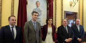La Ministra de Sanidad visita el Ayuntamiento de Guadalajara y firma en su libro de honor