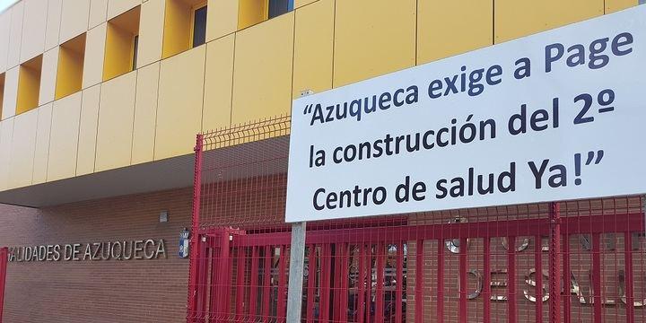 """Nueva batalla en el PSOE por este cartel: """"Azuqueca exige a Page la construcción del 2º Centro de salud Ya"""""""