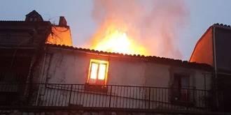 El incendio originado por una chimenea en una vivienda de Guadalajara deja a dos bomberos afectados y cuatro edificios dañados