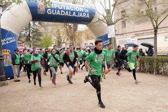 Casi cuatrocientos inscritos desafían el frío y la lluvia en la marea verde seguntina contra el cáncer