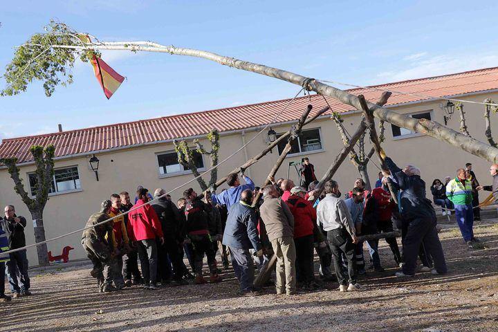 Fuentenovilla ya luce su tradicional mayo, previo a las fiestas