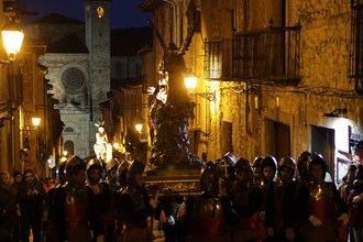 El paso de los Armaos resuena en el corazón medieval de Sigüenza durante el Lunes Santo