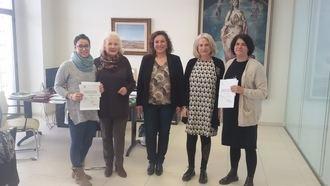Balia y la Asociación Vasija reciben la recaudación de la obra de teatro 'Las Troyanas'