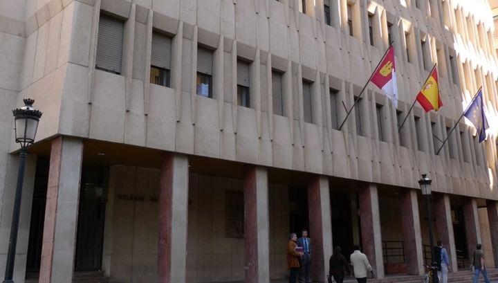 Un año de prisión por dar un pastelazo a dos concejales de un pueblo de Albacete al no concederle el Plan de Empleo