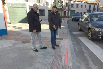 Entra en servicio en Azuqueca el sistema de alerta para peatones mediante 'balizas zombi' en la acera