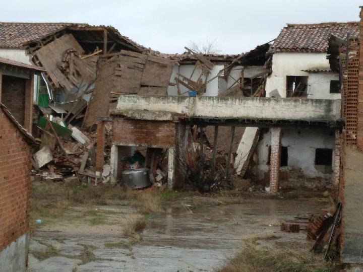 El techo del Centro de Salud de Pioz sale volando por el viento y choca contra un edificio a 15 metros de distancia