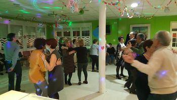 Fiesta de las Fallas en el Centro de Día de Cabanillas con música, agua de Valencia y hasta un ninot