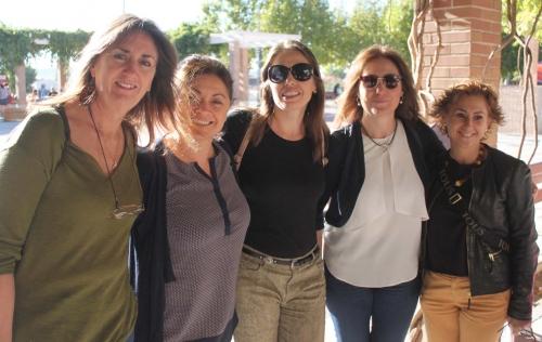 La presidenta del Consejo de las Mujeres, la concejala Mari Carmen Martínez, junto a la directora provincial de la Mujer y tres de las trabajadoras del Centro de la Mujer de la localidad
