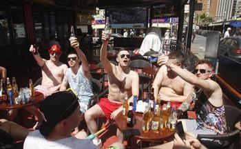 Condenados dos turistas ingleses a pagar 17.000 euros por fingir una intoxicación en Benidorm