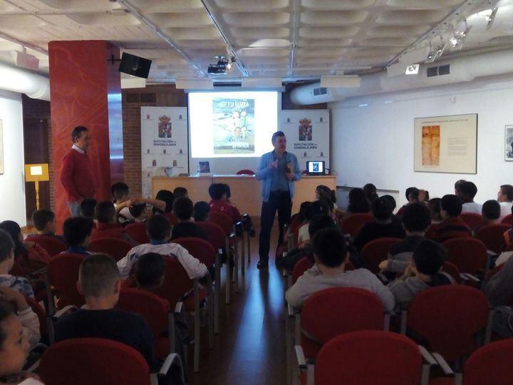 250 alumnos participan en la lectura comentada del libro 'Viaje a la Alcarria en familia' organizada por la Diputación