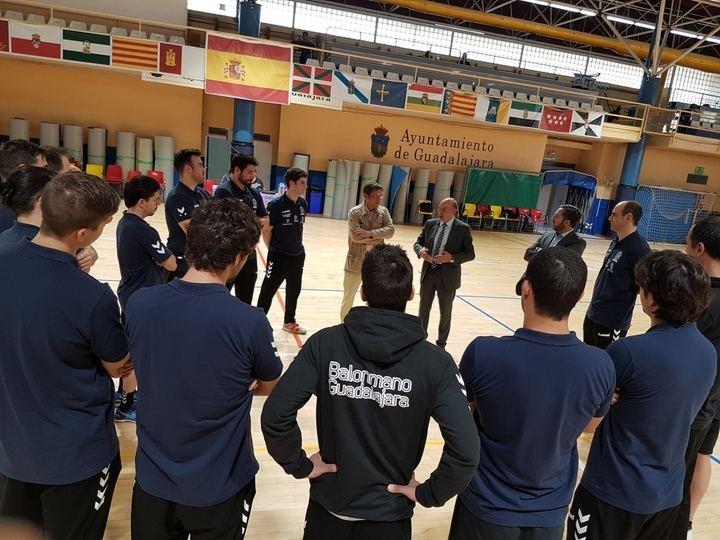 Latre visita al Quabit Balonmano Guadalajara para desearle suerte en la primera fase de la final de la Copa del Rey