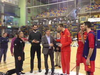 Román visita a los jugadores de la selección española de baloncesto concentrados en Guadalajara