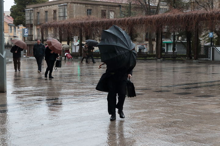 Chubascos, vientos fuertes y temperaturas en descenso este viernes en Guadalajara
