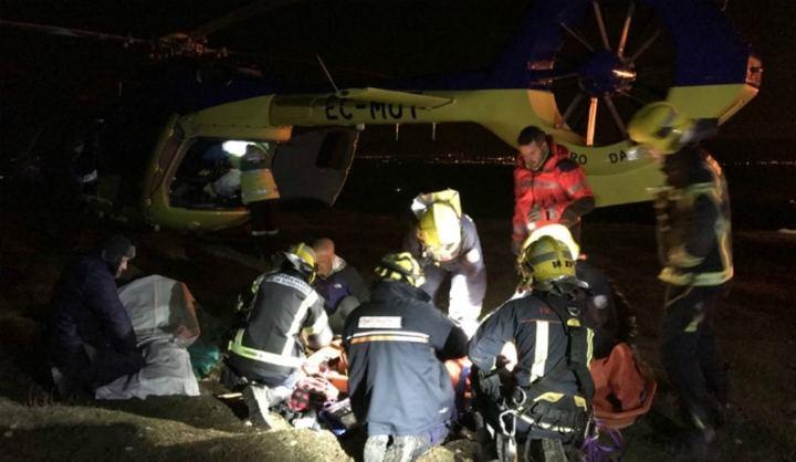 Los bomberos rescatan a una persona herida al caer con un parapente en Alarilla