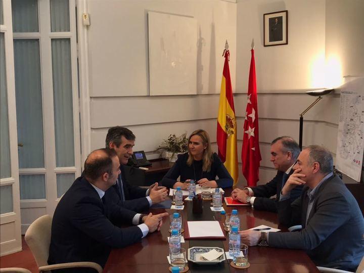 La Consejera de Transportes de Madrid transmite al alcalde de Guadalajara su compromiso para que los vecinos de C-LM puedan seguir beneficiándose del Abono Transportes