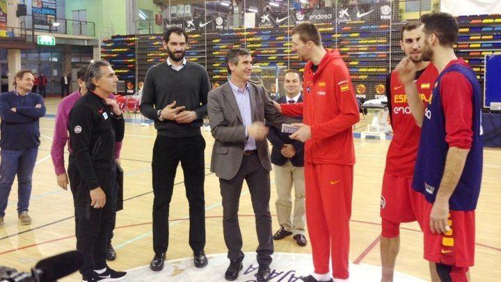 El alcalde de Guadalajara, Antonio Román, ha saludado a la Selección española de Baloncesto antes de emprender su viaje