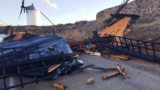 Una pena : El viento arranca la techumbre de uno de los míticos molinos de viento de Consuegra