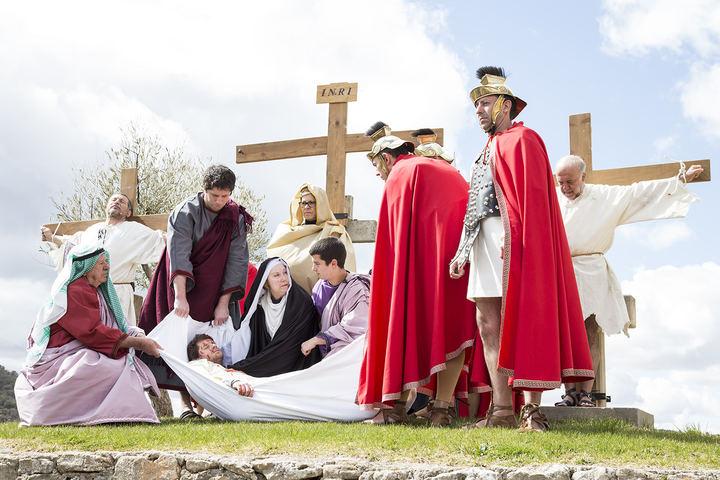 Cientos de personas acompañaron el Vía Crucis trillano en una de las representaciones más tumultuosas que se recuerdan