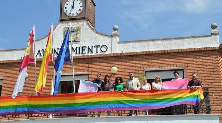 La bandera LGTBI, en el balcón del Ayuntamiento de Azuqueca por acuerdo de todos los grupos políticos