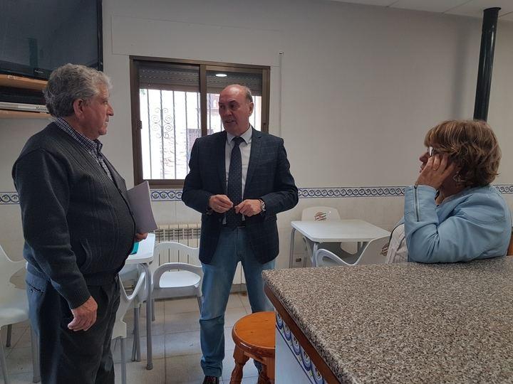 Latre visita el Centro Social de Baños de Tajo, remodelado gracias a Diputación tras quemarse en un incendio