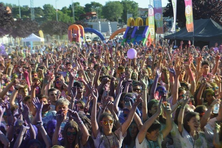 4.000 runners disfrutan con los polvos de colores en la edición Day & Night de la carrera lúdica Holi Life en Guadalajara